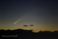Cometa Neowise a pochi gradi di altezza sull'orizzonte prima di tramontare dietro le Alpi.