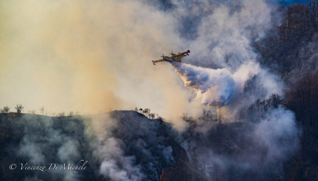 Canadair al lavoro per domare le fiamme sotto la cima del Monte Martica